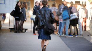 """Un lycéen porte une jupe devant le lycéeClemenceau à Nantes (Loire-Atlantique), à l'occasion de la journée de sensibilisation au sexisme""""Ce que souleve la jupe"""", vendredi 16 mai 2014. (JEAN-SEBASTIEN EVRARD / AFP)"""