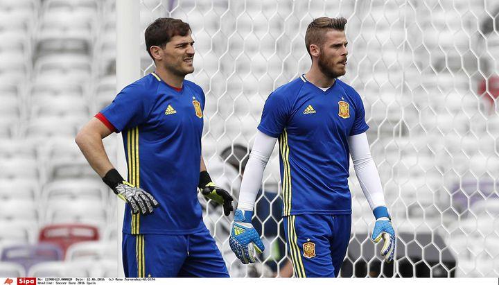Iker Casillas et David De Gea, respectivement numéro un et numéro 2 des gardiens espagnols à l'Euro 2016, le 12 juin 2016 à Toulouse (Haute-Garonne). (MANU FERNANDEZ / AP / SIPA)