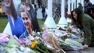 Une femme dépose des fleurs en hommage à la députée Jo Cox, le 16 juin 2016, à Londres (Royaume-Uni). (KANAME MUTO / AP / SIPA)