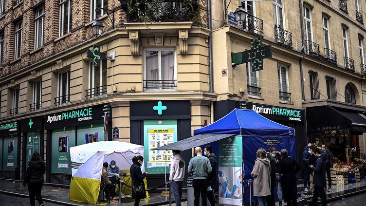 Des patients attendant devant une pharmacie pour effectuer un test antigénique, à Paris, le 23 décembre 2020. (CHRISTOPHE ARCHAMBAULT / AFP)