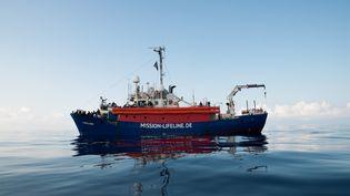 Le navire de l'ONG allemande Lifeline, avec plus de 230 migrants à bord, bloqué dans les eaux internationales au large de Malte, le 21 juin 2018. (HERMINE POSCHMANN / MISSION LIFELINE / AFP)