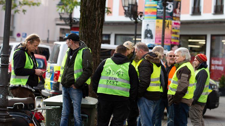 """Des membres de mouvements d'extrême droite manifestent avec des """"gilets jaunes"""", le 1erdécembre 2018, à Munich (Allemagne). (ALEXANDER POHL / NURPHOTO / AFP)"""