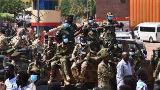 Des forces armées soudanaises surveillent un hôpital militaire et des bureaux gouvernementaux àOmdourman (Soudan), le 25 octobre 2021. (- / AFP)