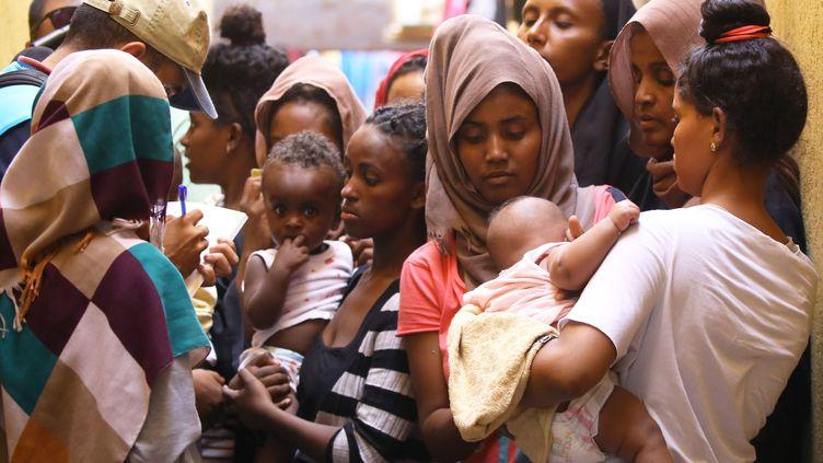Des migrants rassemblés dans le camp libyen de Ganzour le 5 septembre 2018. (MAHMUD TURKIA / AFP)