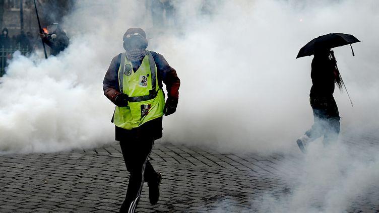 """Un """"gilet jaune"""", place d'Italie à Paris, où les forces de l'ordre ont tenté de disperser des groupes de casseurs, samedi 16 novembre. (PHILIPPE LOPEZ / AFP)"""