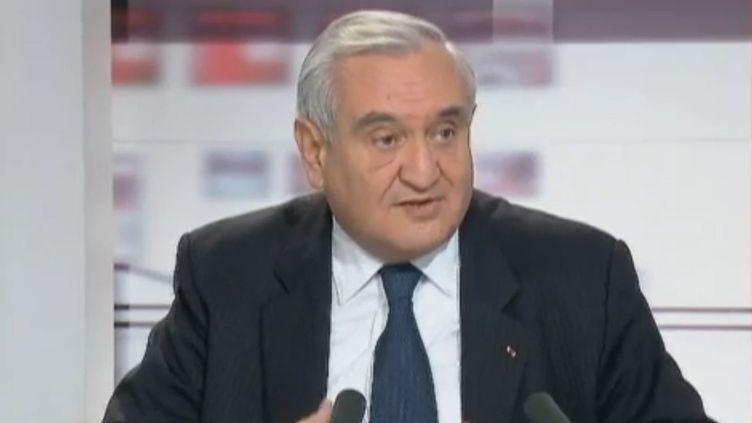 """Jean-Pierre Raffarin sur le plateau de l'émission """"Les 4 Vérités"""", le 1er décembre 2011. (FRANCE 2)"""