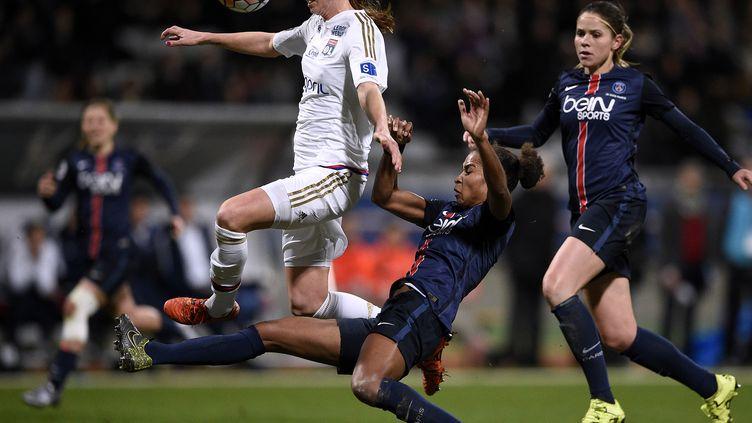 La Suédoise et Lyonnaise Lotta Schelin face à la Parisienne Laura Georges (FRANCK FIFE / AFP)