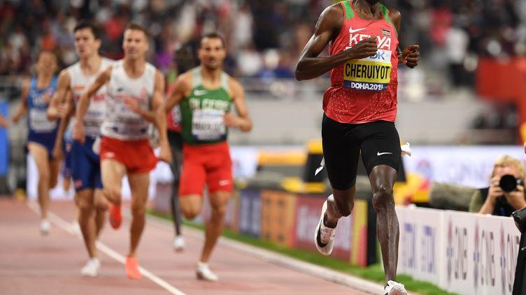 Le KenyanTimothy Cheruiyot, sacré champion du monde du 1500 mètres à Doha (Qatar), le 6 octobre 2019. (JEWEL SAMAD / AFP)