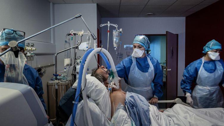 Un patient atteint par le Covid-19 à l'Hôpital Privé de la Loire, à Saint-Etienne (Loire), le 6 novembre 2020. (JEFF PACHOUD / AFP)