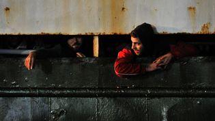 Des migrants syriens à bord du cargo Ezadeen à leur arrivée à Calais, le 2 janvier 2015. (ALFONSO DI VINCENZO / AFP)
