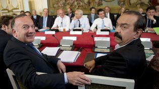 Pierre Gattaz etPhilippe Martinez, lors d'une réunion à Matignon (Paris), le 12 mai 2015. (KENZO TRIBOUILLARD / AFP)