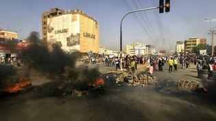 Des manifestants soudanais protestent contre l'arrestation du Premier ministre à Khartoum, le 25 octobre 2021. (- / AFP)