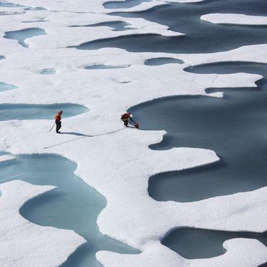 Des scientifiques font des prélèvements dans l'océan Arctique, le 12 juillet 2011. (KATHRYN HANSEN / NASA / REUTERS)