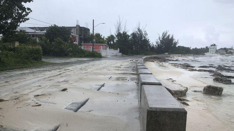 Une route près de la plage à l'approche de l'ouragan Dorian à Nassau, aux Bahamas, le 1er septembre 2019. (LUCY WORBOYS / AFP)
