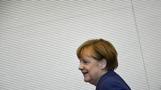 La chancelière Angela Merkel se rend à une réunion parlementaire à Berlin (Allemagne), le 16 juillet 2015. (TOBIAS SCHWARZ / AFP)