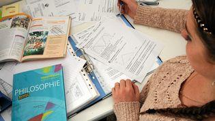 Une lycéenne révise pour le bac. (Photo d'illustration) (MAX BERULLIER / MAXPPP)