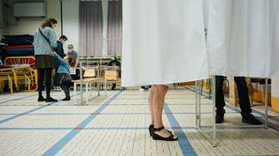 Dans un bureau de vote parisien, lors du second tour des régionales, dimanche 27 juin 2021. (MARIE MAGNIN / HANS LUCAS)