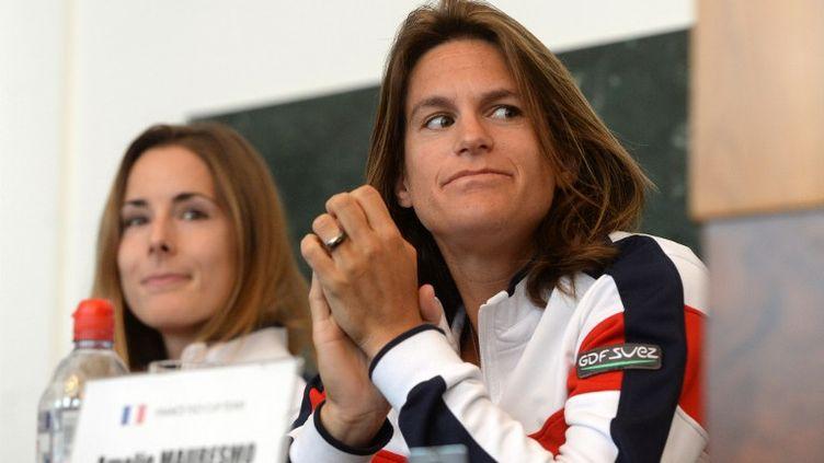 Amélie Mauresmo, la capitaine de l'Equipe de France de Fed Cup, avec Alizé Cornet. (MICHAL CIZEK / AFP)