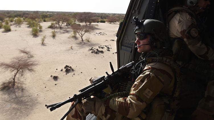 Un soldat français en faction près de Gao, au Mali, dans le cadre de l'opération Barkhane, le 1er juin 2015. (PHILIPPE DESMAZES / AFP)