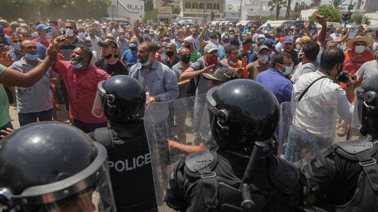 Des manifestations ont éclaté à Tunis (Tunisie), le 26 juillet 2021 aprèsla suspension des activités du Parlement et le limogeage du Premier ministre par le président Kais Saied. (CHEDLY BEN IBRAHIM / NURPHOTO / AFP)