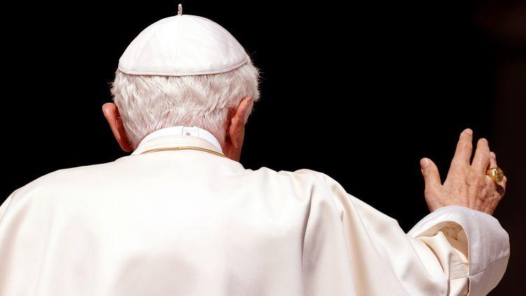 Le pape Benoît XVI salue les fidèles réunis place Saint-Pierre, au Vatican, le 11 mai 2011. (VINCENZO PINTO / AFP)