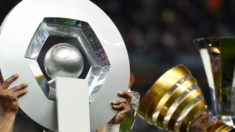 Le trophée de champion de Ligue 1 brandi par les joueurs du PSG