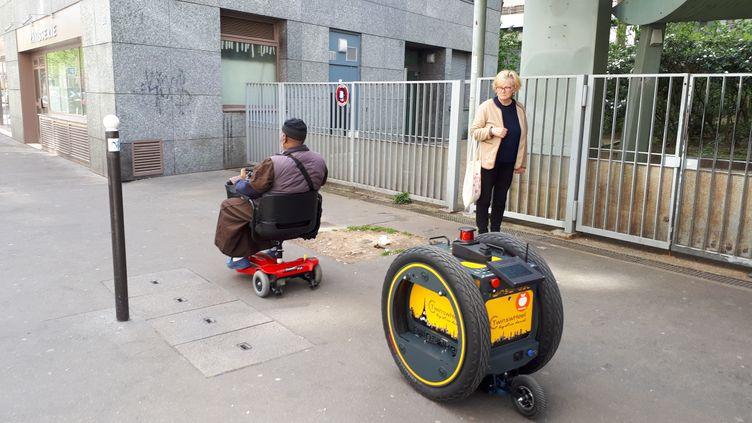 Robot-livreur à destination des personnes à mobilité réduite, d'un magasin Franprix du 13eme arrondissemnt de Paris (SOPHIE AUVIGNE / RADIO FRANCE)