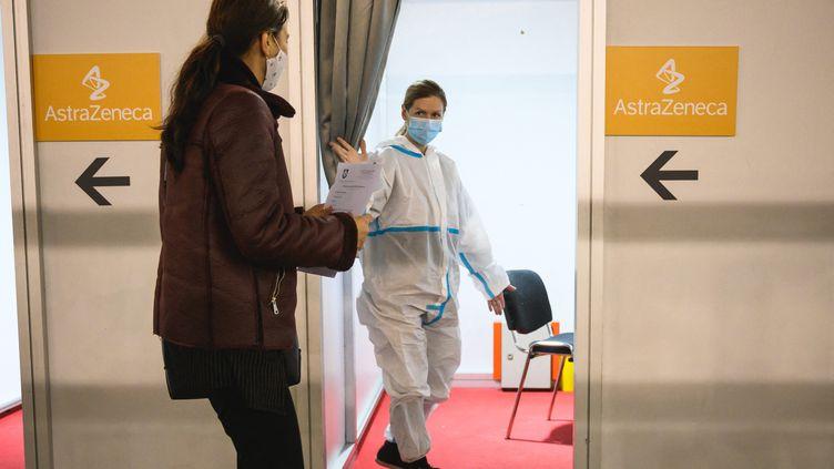 Alors que la campagne de vaccination des citoyens serbes ralentit, le pays propose aux ressortissants des pays frontaliers de venir se faire vacciner contre le Covid-19. Photo d'illustration dans un centre de vaccination de Belgrade, le 19 mars 2021. (ANDREJ ISAKOVIC / AFP)