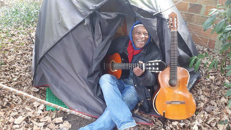 Thomas, sans-domicile, vit dans une tente à Gagny (Seine-Saint-Denis), le 28 janvier 2020. (GAELE JOLY  / RADIO FRANCE)