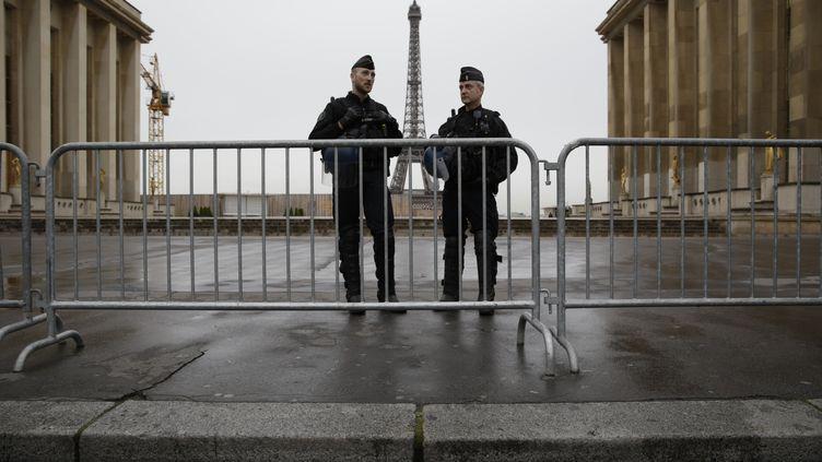 Des policiers patrouillent devant la tour Eiffel, à Paris, le 14 avril 2016. (KENZO TRIBOUILLARD / AFP)