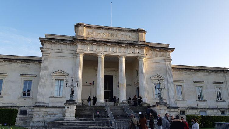 Le Palais de justice de Saintes où se déroule le procès de Joël Le Scouarnec. (ARIANE GRIESSEL / FRANCE-INTER)