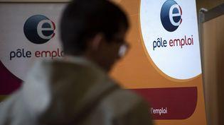 Un homme fait la queue dans un bureau Pôle emploi, à Dunkerque (Nord). (PHILIPPE HUGUEN / AFP)