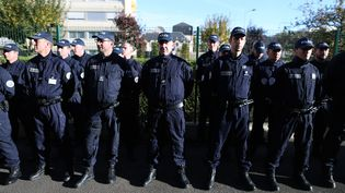 Des gendarmes de Rouen (Seine-Maritime), le 30 octobre 2015. (CHARLY TRIBALLEAU / AFP)