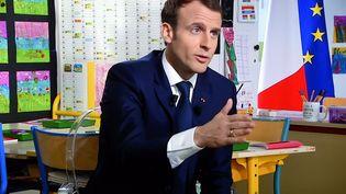 """Emmanuel Macron était l'invité du """"13 heures"""" de TF1, le 12 avril 2018, depuis Berd'huis (Orne). (MAXPPP)"""