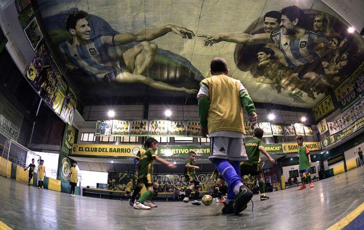 La fresque inspirée de la chapelle Sixtine à Buenos Aires (Argentine), le 24 avril 2018. (JUAN MABROMATA / AFP)