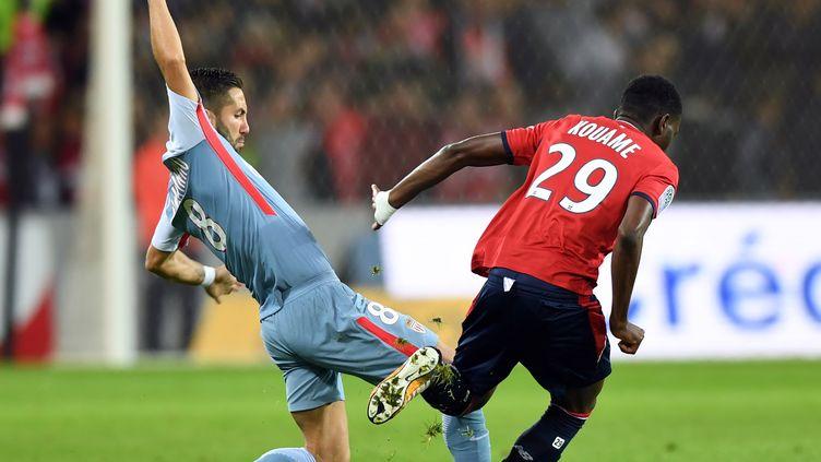 Moutinho en duel avec un Lillois  (DENIS CHARLET / AFP)