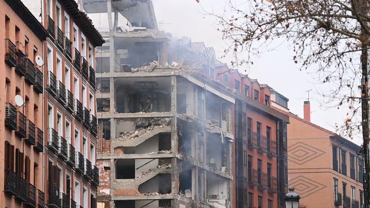 Plsuieurs étages d'unimmeuble ont été dévastés par une explosion, dans le centre de Madrid (Espagne), le 20 janvier 2021. (GABRIEL BOUYS / AFP)