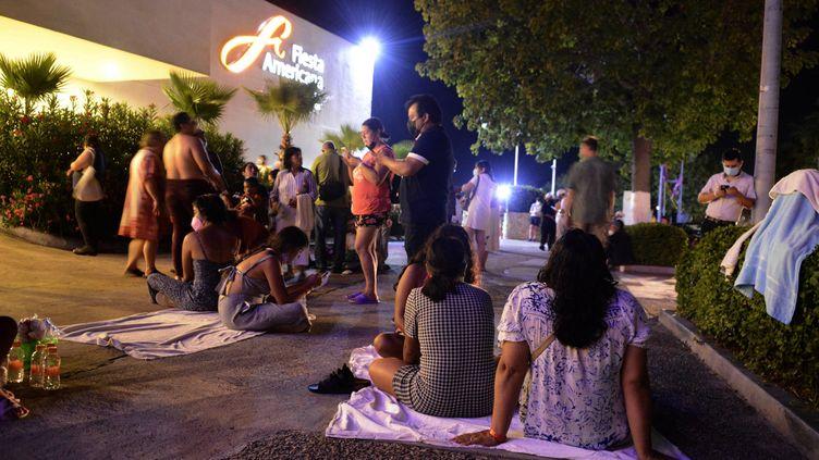 Plusieurs personnes évacuées d'un hôtel à Acapulco(Mexique) où un séismede magnitude7.1 sur l'echelle de Ritcher s'est produit non loin, le 7 septembre 2021. (FRANCISCO ROBLES / AFP)
