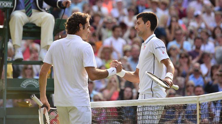 Roger Federer et Novak Djokovic après la finale de Wimbledon 2014