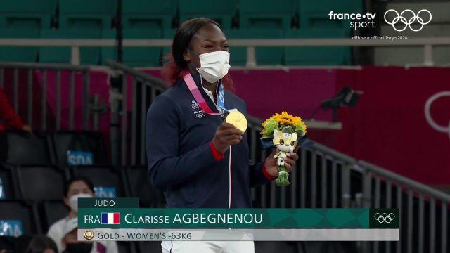 Enfin sacrée championne olympique à 28 ans après cinq titres mondiaux, Clarisse Agbégnénou monte sur la plus haute marche du podium en -63kg et fait résonner la Marseillaise à Tokyo !