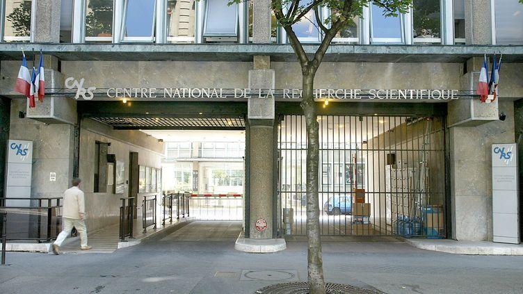 Devant le siège du Centre national de la recherche scientifique (CNRS), le 1er août 2003. (JOEL ROBINE / AFP)