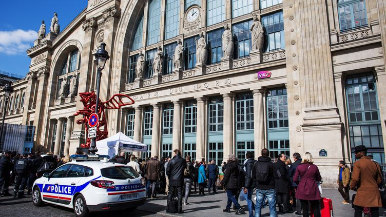 Une voiture de police garée devant la gare du Nord, à Paris, le 22 mars 2016. (IRINA KALASHNIKOVA / RIA NOVOSTI /AFP)