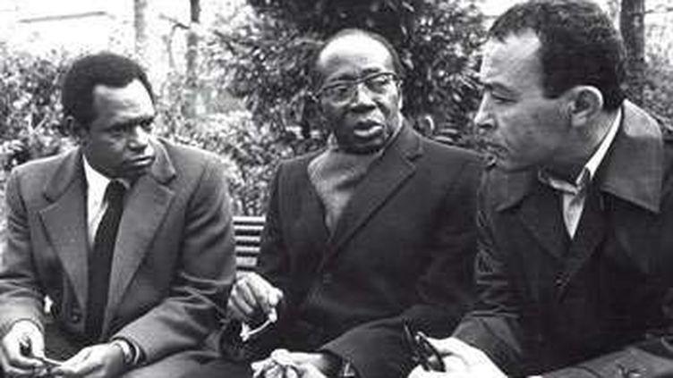 De gauche à droite le journaliste guinéen Siradiou Diallo, l'ancien président sénégalais Léopold Sédar Senghor et le journaliste Béchir Ben Yahmed. Paris, novembre 1980. (Claude Sauvageot /Jeune Afrique)