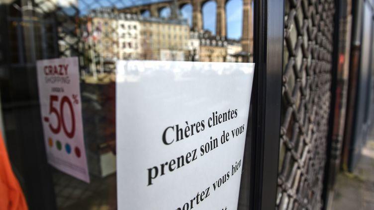 Un commerce fermé en raison de la pandémie de coronavirus, à Morlaix (Finistère), le 17 mars 2020. (LIONEL LE SAUX / MAXPPP)