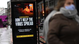 Un panneau invite les Londoniens à respecter les gestes barrières pour éviter la propagation du Covid-19, le 20 janvier 2021, au Royaume-Uni. (DANIEL LEAL-OLIVAS / AFP)