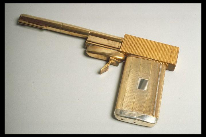 "Le pistolet d'or de ""L'Homme au Pistolet d'or"" de Guy Hamilton  (Pistolet d'or de Scaramanga - L'homme au pistolet d'or, 1974 © 1974 Danjaq, LLC and United Artsts Corporation. All rights  reserved.)"