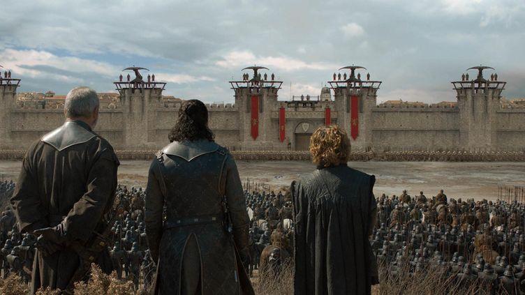"""Ser Davos, Jon Snow et Tyrion Lannister de dos, avant une bataille décisive dans la saison 8 de """"Game of Thrones"""". (GAME OF THRONES / HBO)"""