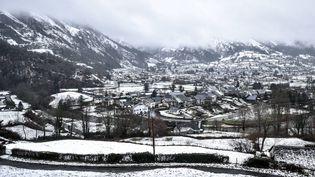 La ville de Laruns (Pyrénées-Atlantiques) sous la neige, le 15 janvier 2017. (MAXPPP)
