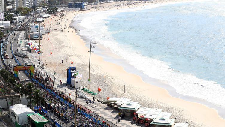 Le départ est donné pour la course sur route au bord de la plage de Copacabana (ALEXANDER HASSENSTEIN / POOL)