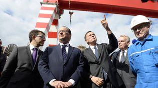 François Hollande en visite aux chantiers STX en 2015, accompagné du maire de Saint-Nazaire David Samzun et de Jean-Marc Ayrault. (THIERRY CREUX / MAXPPP)